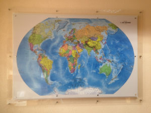 карта мира на дистанционных держателях
